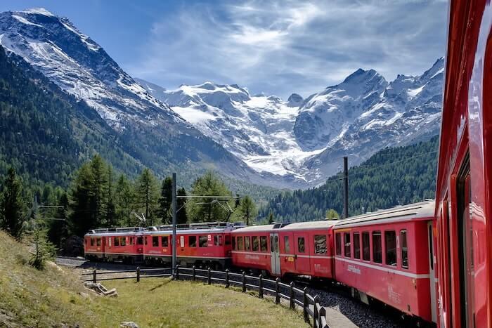 山間を走る赤い列車