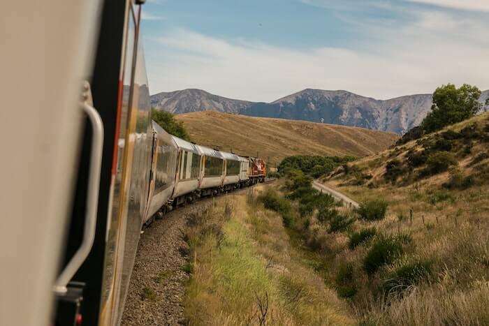 列車の窓からの風景