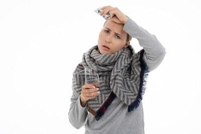 頭の痛みを感じる女性