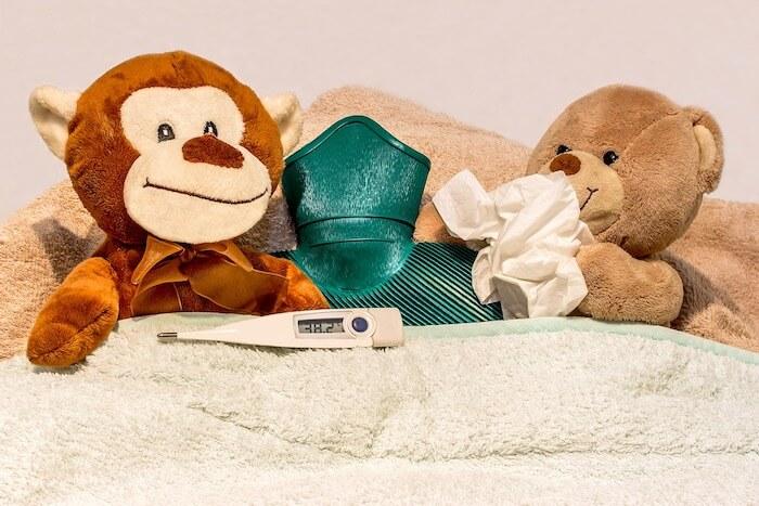 風邪をひいてベッドに寝ている人形