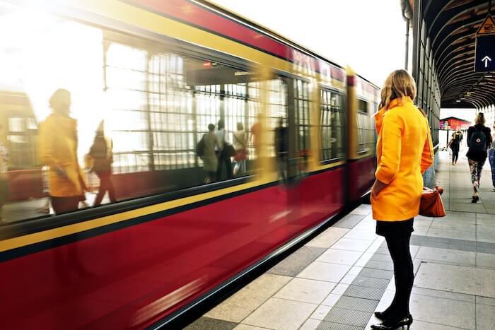 駅のホームで待つ女性
