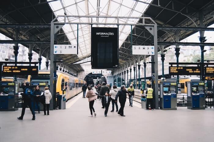 列車の始発駅のホーム