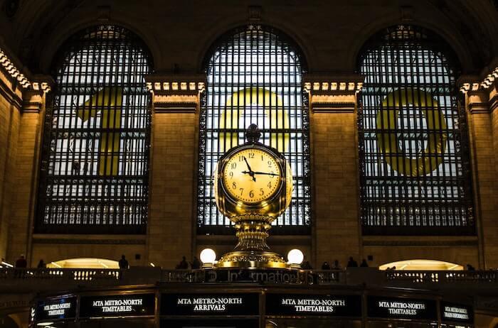 駅の掲示板と時計
