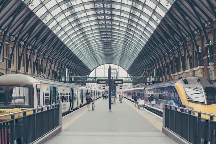 列車が止まる駅のプラットフォーム