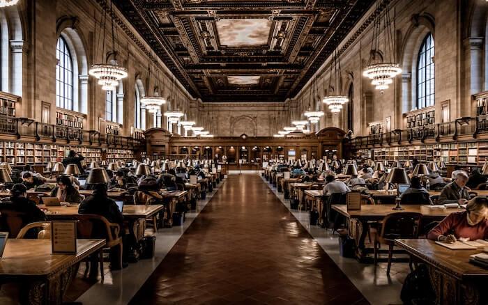 図書館で勉強している人々