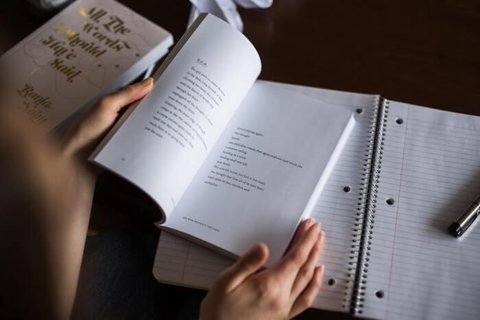 本を見ながら勉強している状態の絵