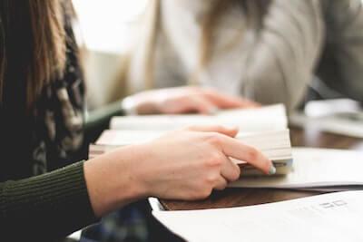 語学の勉強をしている写真
