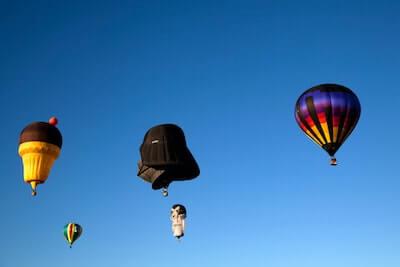 空に浮かぶキャラクターの気球