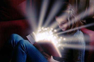 物語を読んでいる女の子