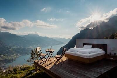 山の上に置かれたベッド