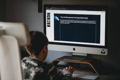 PCを使って勉強する生徒