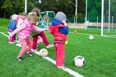 サッカーをする幼稚園児