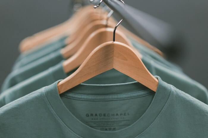 ハンガーにかかったTシャツ