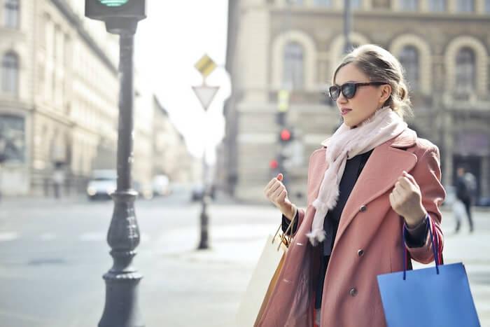 ピンクのコートを着て歩いている女性