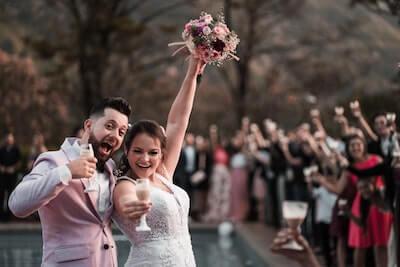 永遠の愛を誓う新婚夫婦