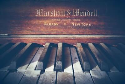 古いピアノ