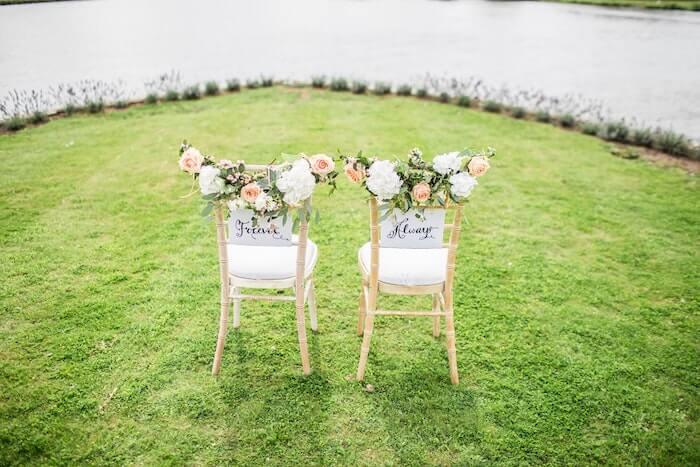 花で飾られた2つの椅子