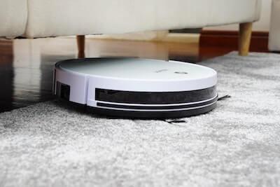 部屋を掃除するロボット掃除機