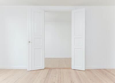 清潔に保たれた白い壁の部屋