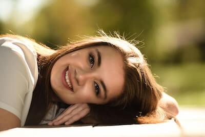 美しい微笑みの女性