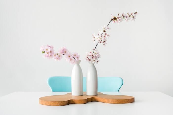 白い花瓶と桜の花