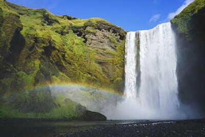滝と水しぶきの虹