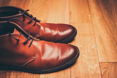 茶色い革靴