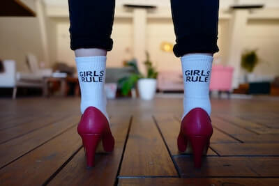 白い靴下を履いている女性の足元