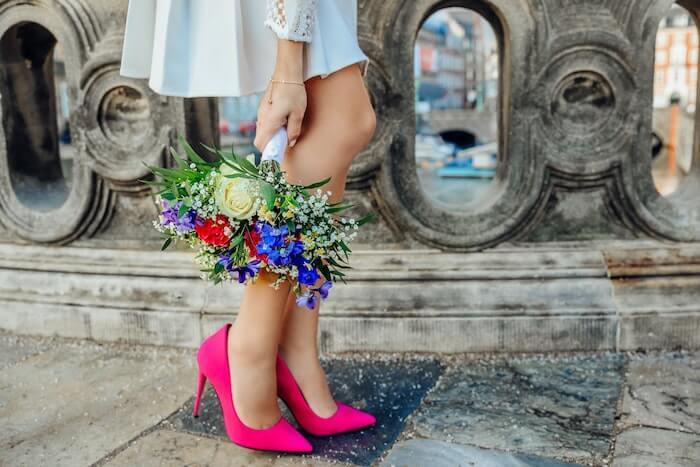 ピンクのパンプスを履いている女性の足元