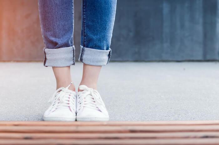 白いスニーカーを履く女性の足元