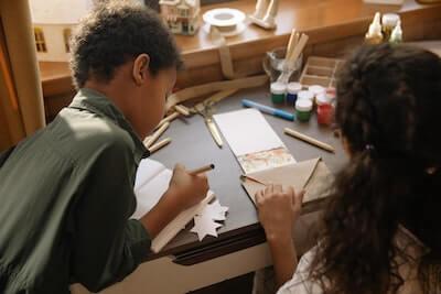 手紙を書いている子供