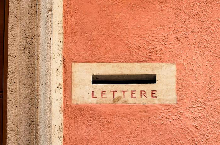 郵便受けの口