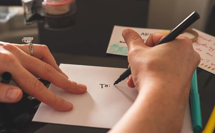 手紙を書いている人の手元