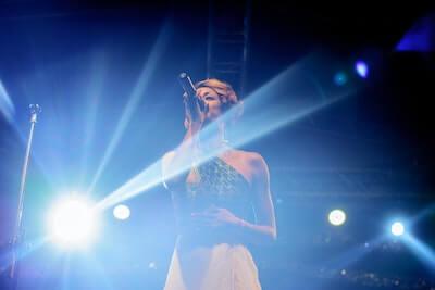 ステージで歌う女性歌手