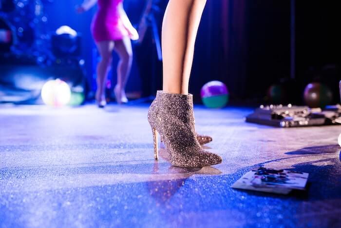 ステージで歌う女性ボーカリストの足元