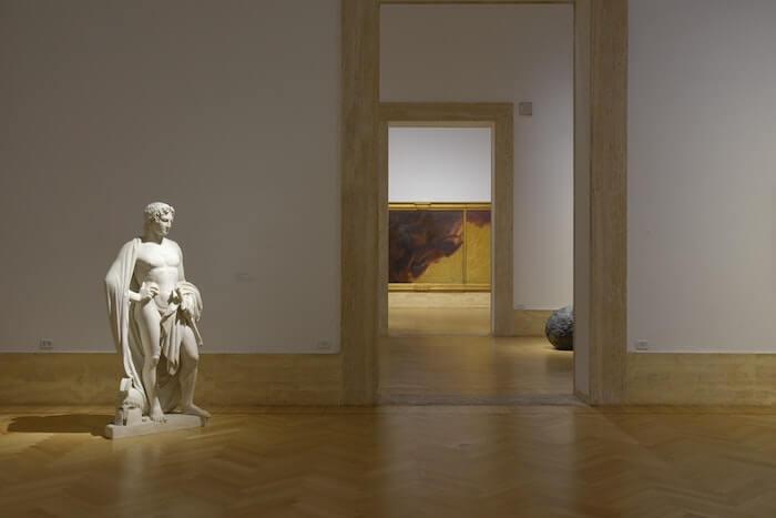 美術館に展示されている彫刻像