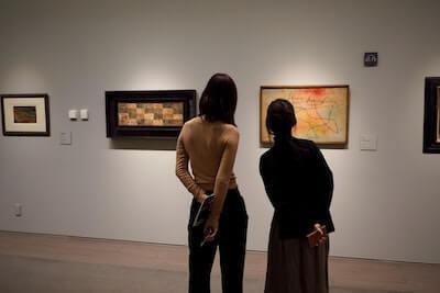美術館で絵を楽しむ女性