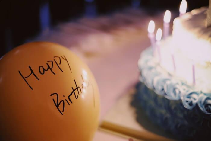 黄色い風船と誕生日ケーキ