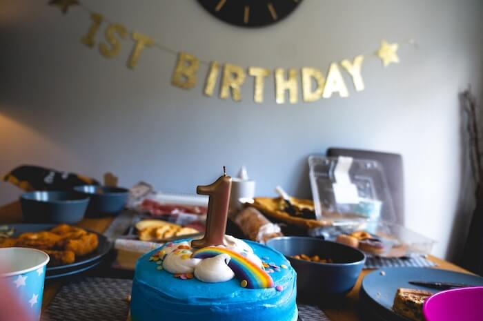 誕生日の飾りつけをした部屋
