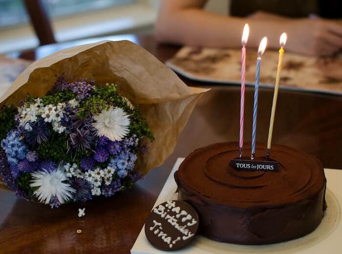 花束と誕生日のチョコレートケーキ