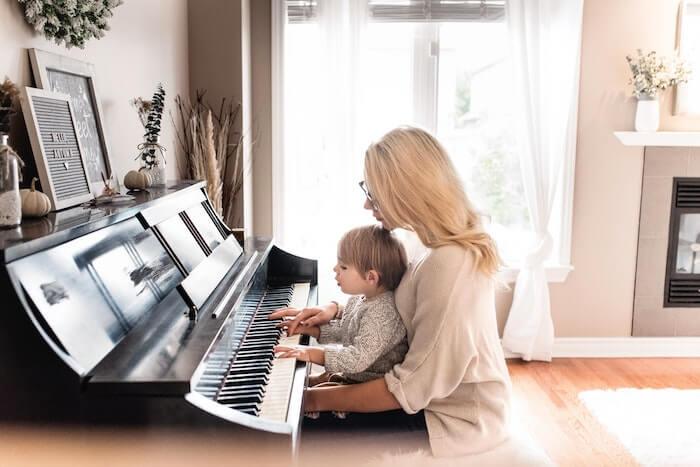 お母さんと一緒にピアノを弾く子供