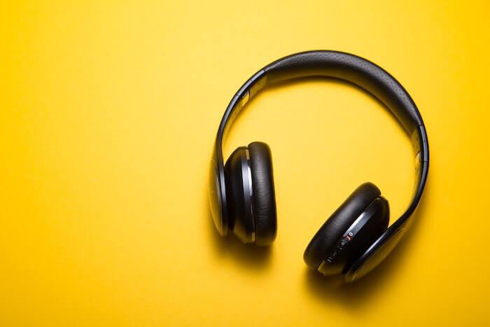 黄色いバックと黒いヘッドフォン