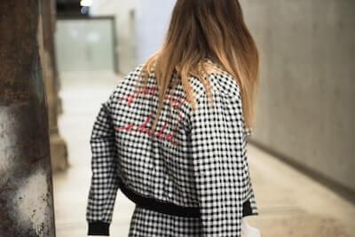 チェックのジャケットの女性