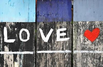 木の板塀に描かれたLOVEの文字