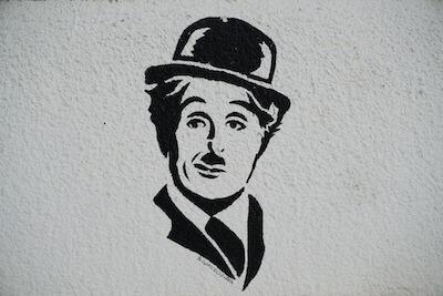 壁に描かれたチャップリンの絵
