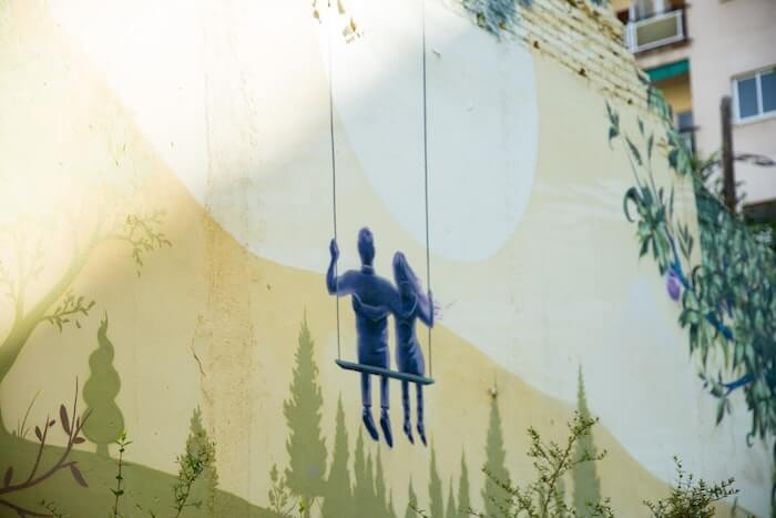 壁に描かれた恋人同士の絵