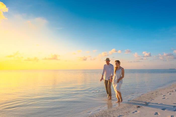 浜辺を歩く恋人同士の二人