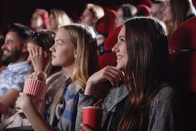 映画館で映画を楽しむ女性