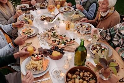 美味しい料理を食べている人々