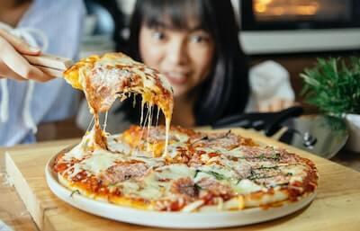 ピザを楽しみに待つ子供